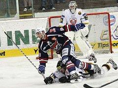 Chomutov (v modrém) slavil v Litvínově výhru 2:1.