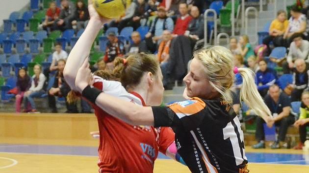 Mostecké házenkářky (vpravo Jeřábková) budou v neděli hostit ve finále Českého poháru Slavii.