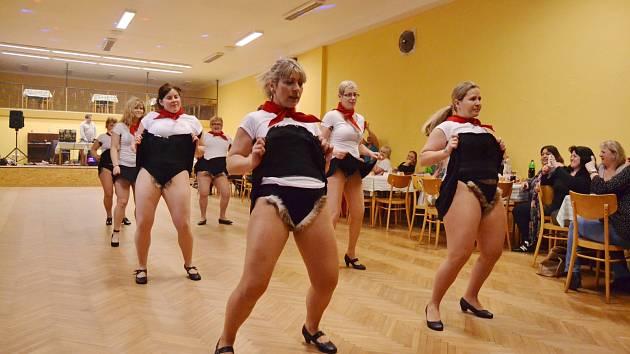 Klub nestárnoucích žen v Louce baví domácí i přespolní svými převleky.
