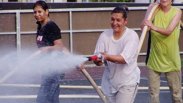 V obci proběhne také turnaj v přetlačované, kdy se soupeři budou snažit proudem vody z hasičských hadic dostat míč do brány.