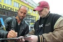Martin Ručinský bude letos poprvé slavit Vánoce jako bývalý hokejista. Na snímku se podepisuje fanouškovi před exhibicí.