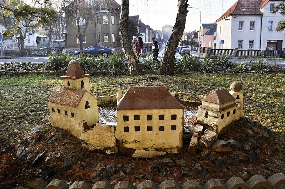 Chátrající maketa hradu v ulici ČSA v Mostě