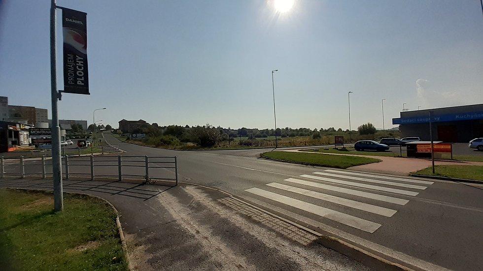 Na louce za touto křižovatkou u Baumaxu v Mostě má stát Kaufland, probíhá zjišťovací řízení kvůli EIA.
