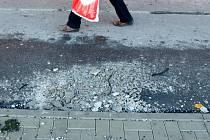 Chůze po chodníku u Rozkvětu je riskantní.