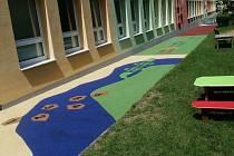 Z nevyužívaného chodníku vzniklo prima hřiště pro děti.
