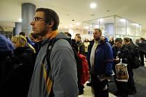 Ústecký kraj začal v pondělí 25. ledna v Ústí nad Labem přijímat žádosti o kotlíkové dotace. Před otevřením se před podatelnou na krajském úřadě vytvořila fronta asi šedesáti žadatelů.