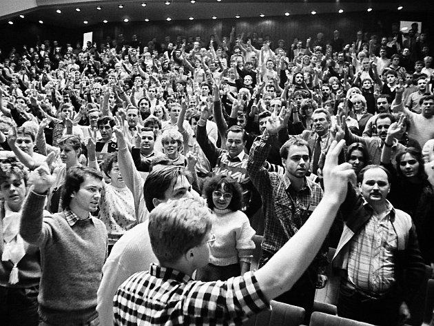 Sametová revoluce v Mostě, divadlo 22. 11.