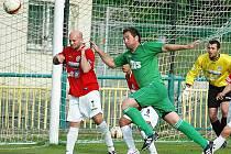 Fotbalisté Souše (v červeném Wagner) hrají v neděli v Zápech.
