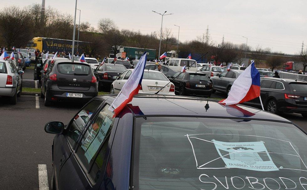 Z Mostu opět vyjela protestní jízda s vlajkami.