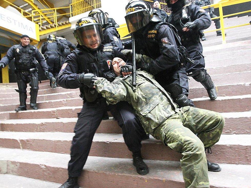 Cvičení policistů a strážníků na zimním stadionu.