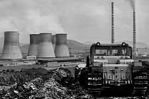 Úprava svahů vnější výsypky lomu Třískolupy v blízkosti počeradské elektrárny, pro  které bylo původně určeno uhlí tohoto lomu. Foto z roku 1978.