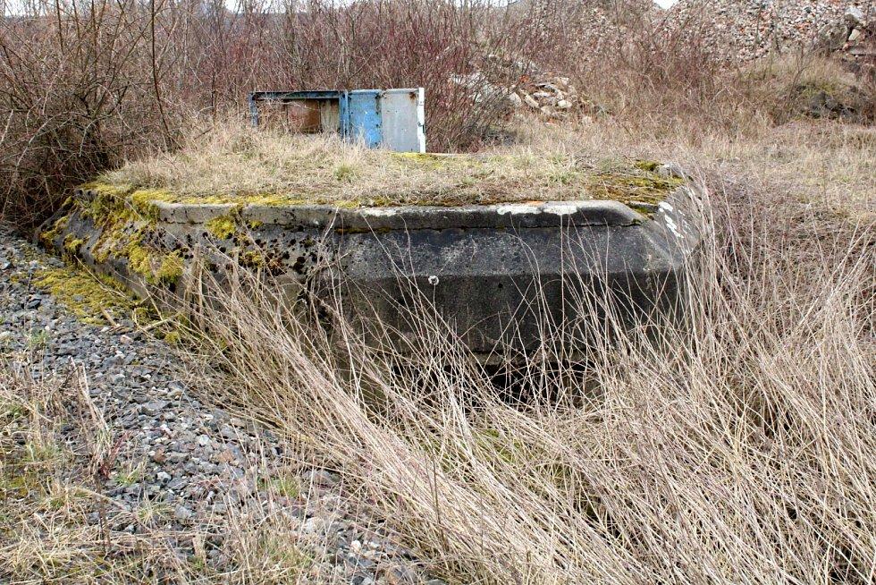 Bunkr jako držák elektrorozvaděčů v průmyslovém areálu v Kopistech u Mostu.