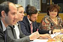 Vladimíra Ilievová, zcela vpravo, na tiskové konferenci vedení Mostu. Vlevo jsou primátor a jeho další náměstci.