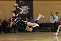 Dominika Zachová plachtí vzduchem v posledním domácím zápase proti Veselí (32:22).