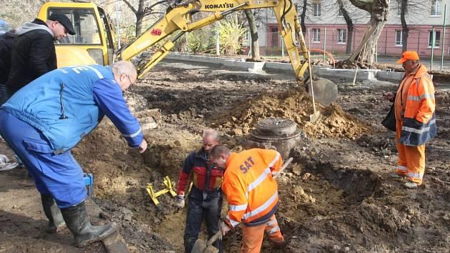 V roce 2010 uzavřela policie Skupovu ulici v Mostě, kde dělníci při práci poškodili  plynovod. Hasiči tehdy preventivně evakuovali tři desítky lidí.