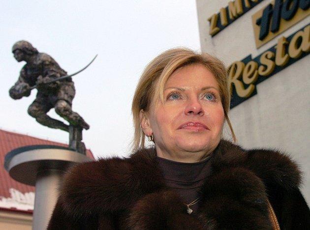 Liběna Hlinková před sochou Ivana Hlinky.