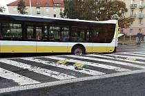 Autobus se ulici v J. Skupy v Mostě propadl vozovkou