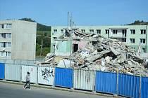 Mostecké sídliště Chanov prokouklo. Osmipatrový průhledný blok 3 se proměnil v suť.