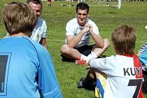 Fotbalista Martin Fenin u malých brankářů z Litvínova.