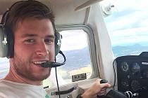 Pavel Francouz nedávno získal prvotní pilotní licenci. Pobyt v kokpitu si užívá.