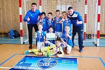 Mladí mostečtí fotbalisté a jejich trenéři.