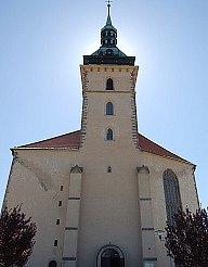 Děkanský kostel v Mostě. Hrad Hněvín, městské divadlo i právě kostel přitahují turisty.