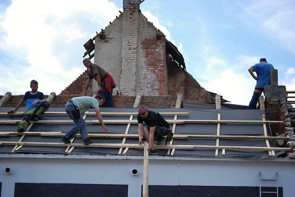 Dobrovolníci pomáhají ve Stebně, sobota 3. července.