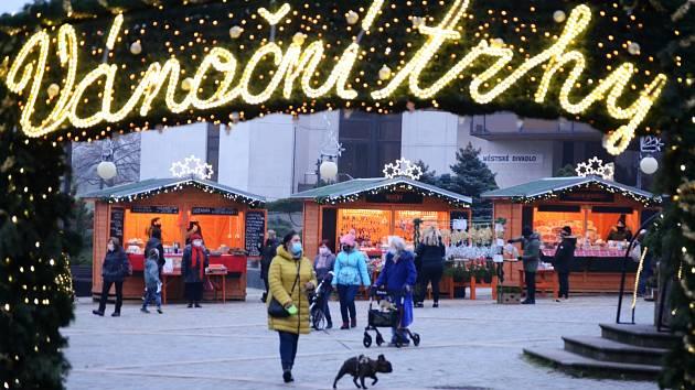 Vánoční trhy na 1. náměstí v Mostě se od čtvrtka rozšíří.