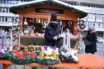 Na 1. náměstí v Mostě probíhají Vánoční trhy.