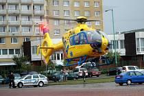 Helikoptéra s popáleným batoletem vzlétá z parkoviště u zimního stadionu v Mostě.
