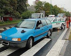 Místo nehody krátce po nehodě. Modrý vůz ještě stojí na místě, poražená chodkyně je již převezena do nemocnice.