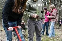 Žáci z 1. základní školy sází stromky na Resslu.