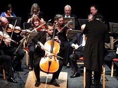 Violoncellista Václav Petr na koncertu v Mostě.