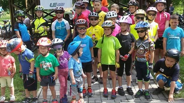 Mladí cyklisté po závodech.
