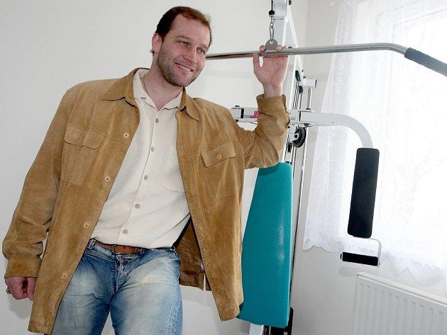 Hokejista Jiří Šlégr v posilovně budoucího relaxačního centra pro paralympioniky.