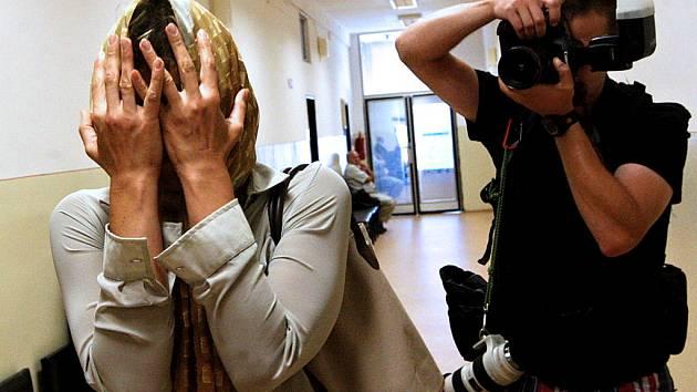 Dvojice žen čelí u mosteckého soudu obžalobě z nebezpečného pronásledování muže. Ořed objektivy fotoaparátů se obě ukrývaly.