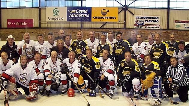 Společná fotografie týmu z Austrálie (bílé dresy) a Litvínova.