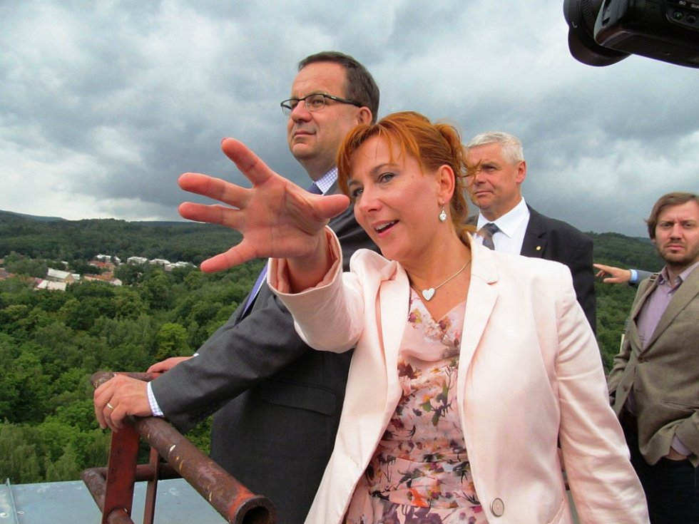 Starostka Litvínova Kamila Bláhová ministrovi ukázala, co kde leží.