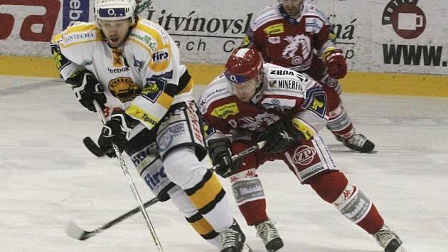 Hokejisté Litvínova (ve světlých dresech) v zápase s Třincem.