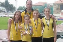 Litvínovské atletky se svým trenérem.