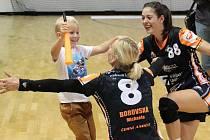 Michaela Borovská se synem Filípkem slaví postup do Ligy mistrů. Vpravo se směje spoluhráčka Dominika Zachová.