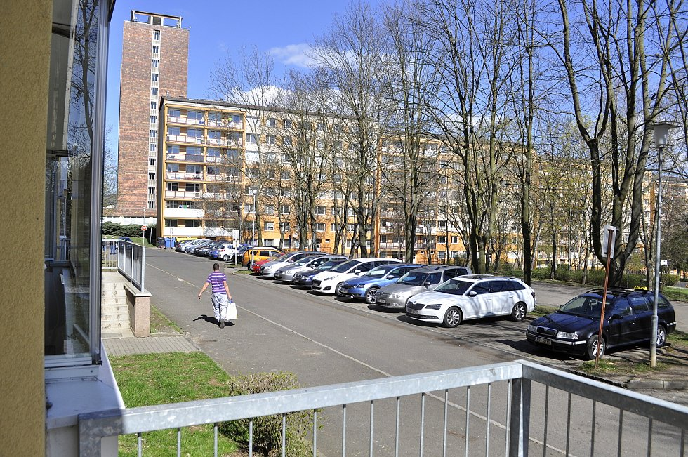 Situace u bloku 520 (vlevo) v pondělí 26. dubna dopoledne. V pozadí blok 519.