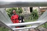 Kynologové IZS nacvičují vyhledávání osob v sutinách