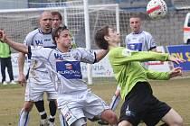 Mostečtí fotbalisté (v zeleném) prohráli v derby s Ústím nad Labem 1:3.