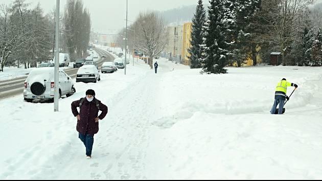 Ulice Litvínova pokrylo velké množství čerstvého sněhu