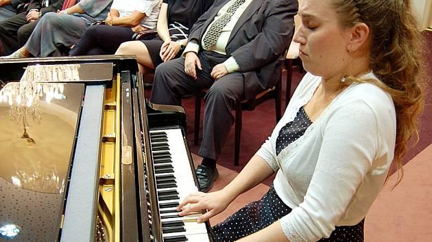 Klavírní virtuozka a nyní již i pedagožka Marie Al-Ashhabová zahrála v roce 2010 na ceremoniálu mostecké Nadace Student, která podporuje stipendii talentované studenty z nemajetných rodin.