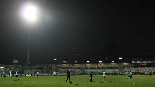 Na mosteckém fotbale se rozsvítila velká světla.