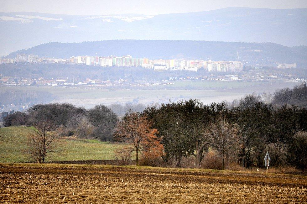 Okolí vísky Dobrčice, pohled na Most.