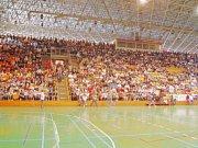 V hledišti byly stovky středoškoláků, kteří povzbuzovali své týmy.