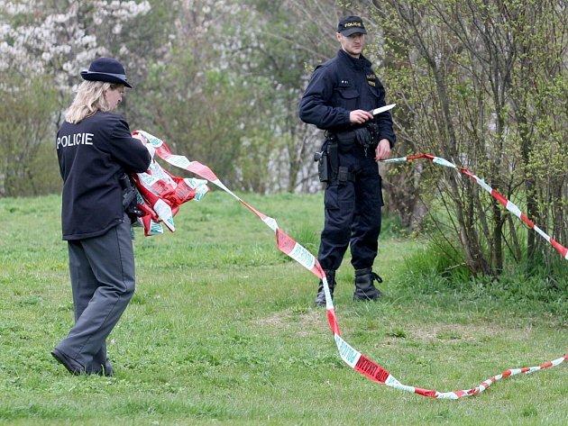 Policie na místě nálezu funkčního granátu.